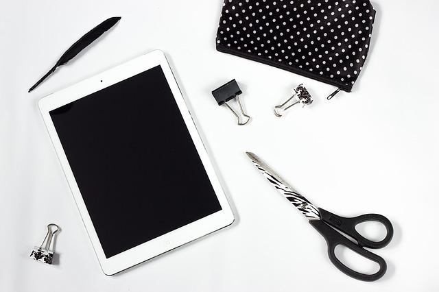 tablet pracovní stůl nůžky pírko ipad