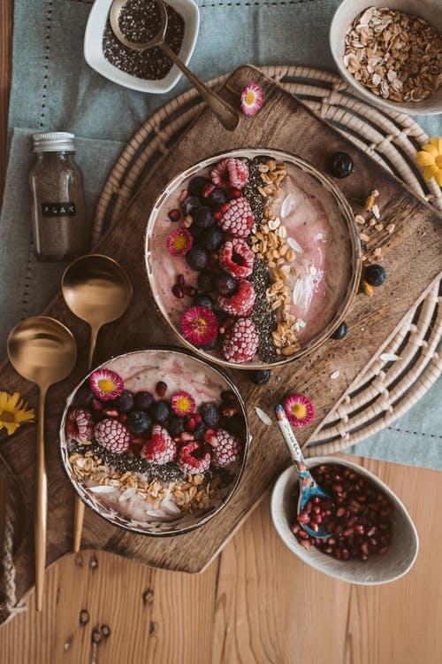 miska s ovocem a oříšky